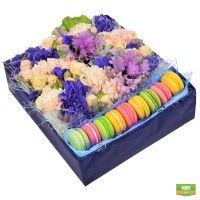 Заказать  цветочную композицию с печеньем макарон «Дамское счастье»