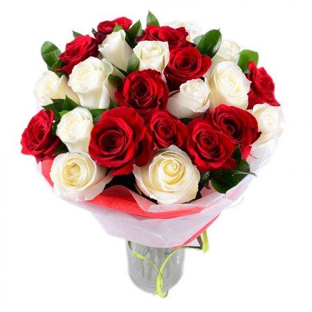 Красные и белые розы в одном букете