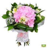 �зящный букет с розовой гортензией, зеленью и белой фрезией