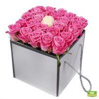 Розовые розы в коробке