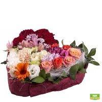 Заказать красивую композицию в форме сердца из сезонных цветов