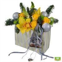 Купить новогоднюю композицию из еловых веток и цветов «Талисман»