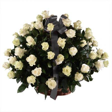 Траурная корзина из белых роз