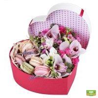 Заказать красивый букет из цветов и макарон с доставкой в любой город