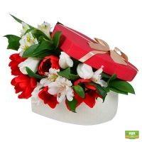 Купить красно-белый букет в коробке «Весенний сюрприз» с доставкой